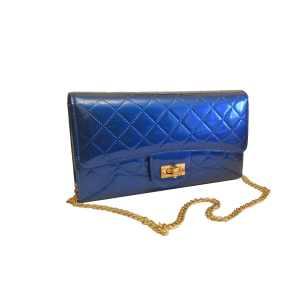 Маленькая театральная лаковая сумочка цвета синий электрик